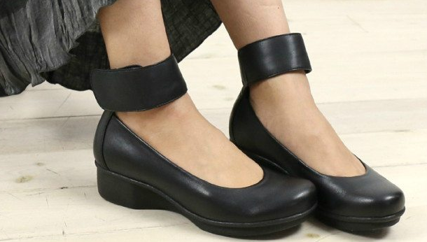 woman wearing best shoes for plantar fasciitis